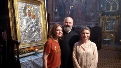 """ARTISTA OANA SÂRBU LA SFINTELE SLUJBE DE LA BISERICA """"POPA CHIȚU"""""""